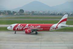 Luchtbus A320-216 9MAQM in de luchthaven Noi Bai, vroege ochtend Hanoi, Vietnam Stock Afbeelding