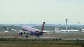 Luchtbus A330 met purpere livrei van Etihad-luchtroutes het landen stock footage