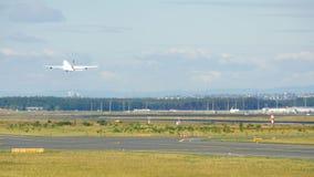 Luchtbus 380 start en beklimt stock footage