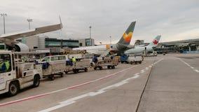 Luchtbus A380-841 9v-SKL van en geïnspecteerd Singapore Airlines die worden geladen stock footage