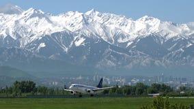 Luchtbus A320 van Air Astana-het landen stock videobeelden