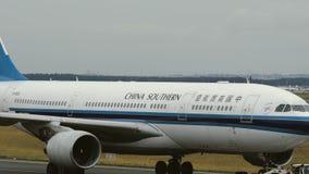 Luchtbus A330 van China Zuidelijk in Frankfurt stock video