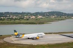 Luchtbus A321 van Condor en Thomas Cook op baan in Korfu royalty-vrije stock fotografie
