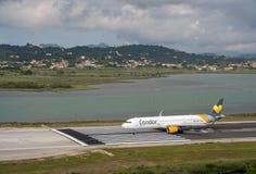 Luchtbus A321 van Condor en Thomas Cook op baan in Korfu royalty-vrije stock foto