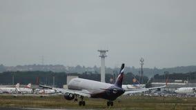 Luchtbus A321 van de luchtvaartlijnen van Aeroflot het landen stock video