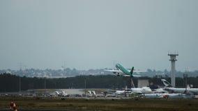 Luchtbus A320 van de luchtvaartlijnen van Luchtlingus het opstijgen stock footage