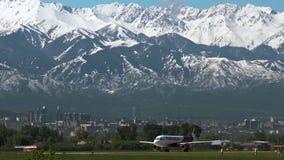 Luchtbus A320 van de luchtvaartlijnen van Vliegarystan lowcoster op baan stock videobeelden