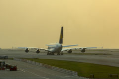 Luchtbus A380 van Lufthansa die op start bij Hong Kong-luchthaven wachten Royalty-vrije Stock Fotografie