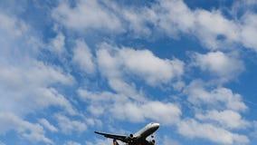 Luchtbus A320 van Lufthansa die tegen blauwe hemel naderbij komen stock footage