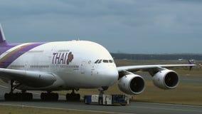 Luchtbus A380 van Thaise luchtvaartlijnen stock videobeelden