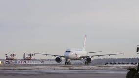 Luchtbus A320 van Ural-luchtvaartlijnen die bij de luchthaven van Moskou, Rusland taxi?en stock video