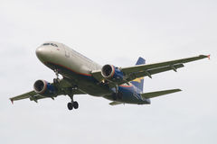 Luchtbusa319-112 vp-BBU luchtvaartlijn Donavia op de definitieve benadering alvorens in Pulkovo-luchthaven te landen Stock Fotografie