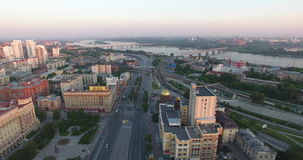 Luchtcityscape meningsgebouwen de stad in in Novosibirsk stock videobeelden