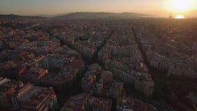 Luchtcityscape van Barcelona bij zonsondergang stock video