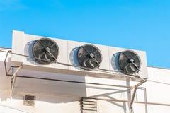 Luchtcompressoren op de muur van de bouw met zonlichthemel die worden geïnstalleerd royalty-vrije stock afbeeldingen