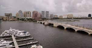 Luchtdia Verlaten over de Waterwegen van Botenjachthavens van Palm Beach Florida stock videobeelden