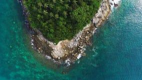 Luchtdiehommel van bovenkanten van palmen en turkoois zeewater in Ko-Pu eiland in Phuket, Thailand wordt geschoten Abstracte text royalty-vrije stock fotografie