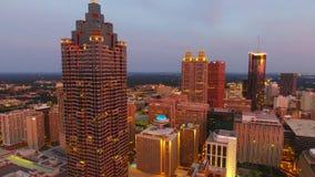 Luchtdiehommel van de architectuur van Atlanta bij schemer wordt geschoten Camera die in de lucht hierboven de stad in hangen Geo stock video