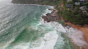 Luchtdiehommel van een oceaanrotspool dichtbij Sydney, Australië wordt geschoten stock footage