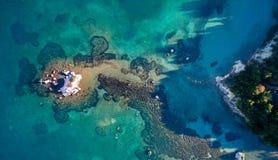 Luchtdiehommel van een rots en mooie turkooise wateren in Korfu Griekenland wordt geschoten Royalty-vrije Stock Afbeelding