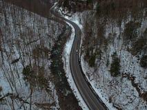 Luchtdiehommel van het winden van weg door de bergen wordt geschoten Royalty-vrije Stock Foto