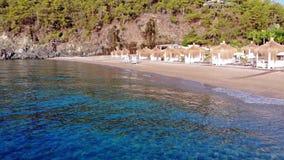 Luchtdiehommel van Mediterraan Strand vroeg in de ochtend wordt geschoten Zonsopgang op het strand stock video