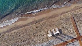 Luchtdiehommel van Mediterraan Strand vroeg in de ochtend wordt geschoten Zonsopgang op het strand stock footage