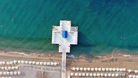 Luchtdiehommel van Mediterraan Strand vroeg in de ochtend wordt geschoten Zonsopgang op het strand stock videobeelden