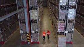 Luchtdiehommel van werkende vorkheftrucklader wordt geschoten binnen logistisch pakhuis Geschoten in 4k UHD stock videobeelden