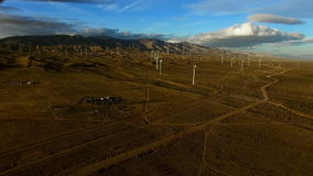 Luchtdiehommel van windmolens wordt geschoten die electicity in daglicht produceren stock footage