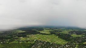 Luchtdiehommel van zware regenval wordt geschoten die het dorp in de voorsteden naderen stock videobeelden