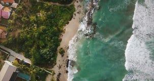 Luchtdiehommelluchtparade van idyllische oceaankustlijn, schuimende witte golven wordt geschoten die de exotische tropische huize stock footage