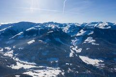 Luchtdiehommelmening van vallei in sneeuw binnen - tussen bergen wordt behandeld royalty-vrije stock foto