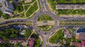 Luchtdiehommeltop down van bezige rotonde met auto's en vrachtwagens wordt geschoten stock fotografie