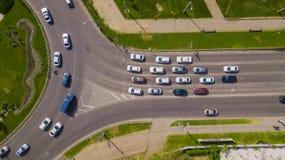 Luchtdiehommeltop down van bezige rotonde met auto's en vrachtwagens wordt geschoten royalty-vrije stock afbeeldingen