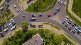 Luchtdiehommeltop down van bezige rotonde met auto's en vrachtwagens wordt geschoten royalty-vrije stock fotografie