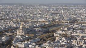 Luchtdieinleiding van invalides en de brug Alexandre 3 in Parijs wordt geschoten stock videobeelden