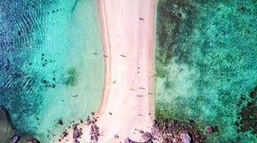Luchtdiemening op Tropisch eilandstrand wordt geschoten in Thailand royalty-vrije stock afbeelding