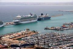 Luchtdiemening van cruises in de haven van Alicante worden gedokt Royalty-vrije Stock Fotografie