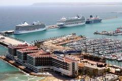 Luchtdiemening van cruises in de haven van Alicante worden gedokt Stock Afbeelding