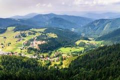 Luchtdiemening van Donovaly-dorp met bergen, Slova wordt omringd Royalty-vrije Stock Afbeelding