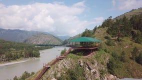 Luchtdiemening van een gazebo van metaal met een groen die dak wordt op de bovenkant van de berg voor een verscheidenheid van spo stock video