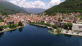 Luchtdiemening van Omegna en Meer Orta, in Piemonte, Italië wordt gevestigd stock video