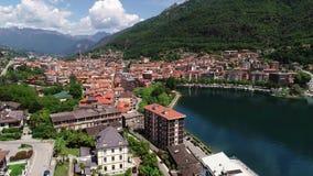 Luchtdiemening van Omegna en Meer Orta, in Piemonte, Italië wordt gevestigd stock videobeelden