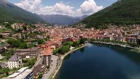 Luchtdiemening van Omegna, op de kust van Meer Orta in Piemonte, Italië wordt gevestigd stock video