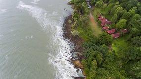 LuchtdieMening van villa's op het strand door bomen wordt omringd stock foto