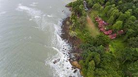 LuchtdieMening van villa's op het strand door bomen wordt omringd royalty-vrije stock fotografie