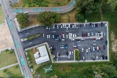 Luchtdiemeningshommel van parkeerterrein in openlucht voertuigen wordt geschoten in p stock foto