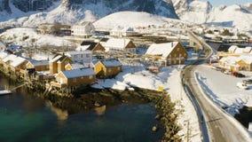 Luchtdronmening van beroemde traditionele multicolored houten rorbu van visserijhuizen op een overzeese kust bij Lofoten-archipel stock video