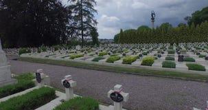 Luchtfilm van de Militaire Begraafplaats van Lychakiv van Poolse militairen in Lviv-stad stock footage